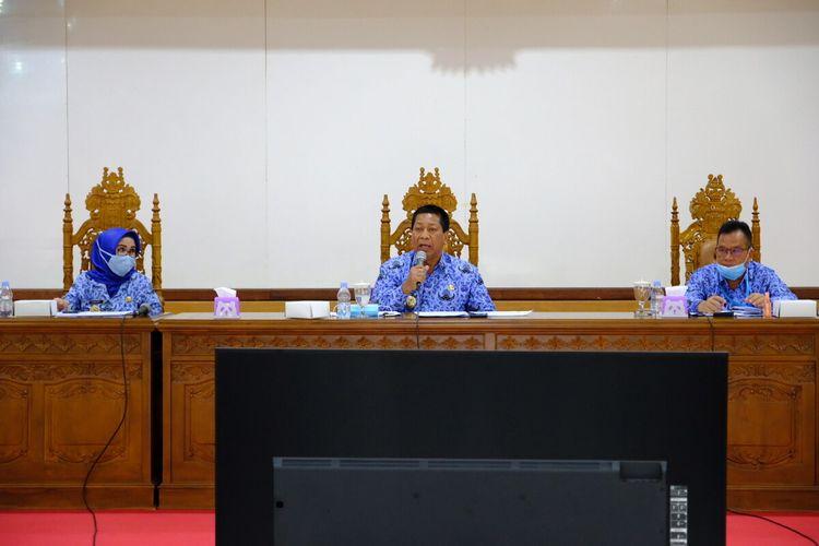 Wali Kota Magelang Sigit Widyonindito (tengah) dalam rapat koordinasi dan evaluasi Gugus Tugas Percepatan Penanganan Covid-19 Kota Magelang di Aula Adipura Kencana kompleks kantor Wali Kota Magelang, Rabu (17/6/2020).