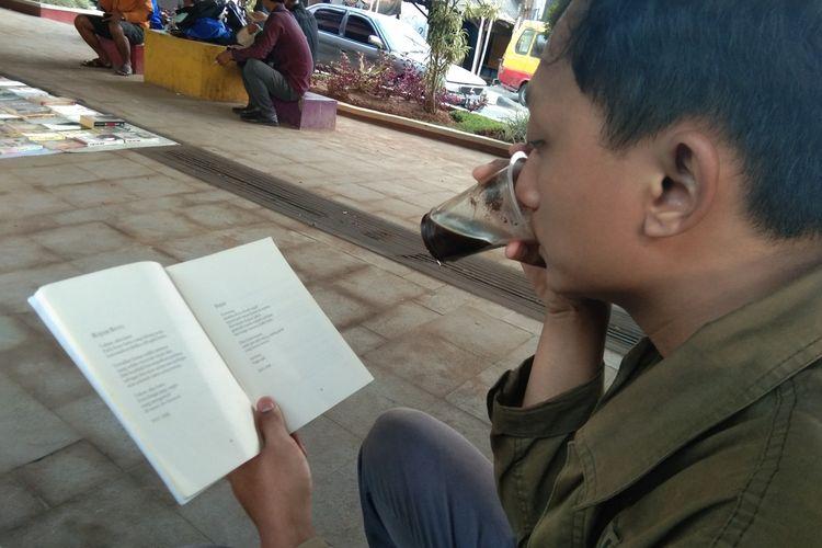 Warga tengah membaca buku pada lapak baca Perpustakaan Jalanan Karawang di Taman Milenial Karawang, Rabu (22/1/2020).