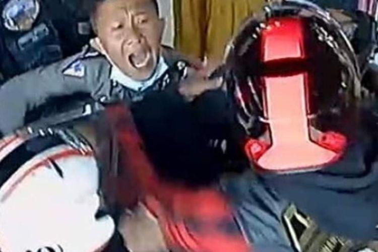Seorang polisi berusaha melerai oknum anggota klub Moge asal Bandung yang berusaha mengejar anggota TNI di Sumbar.