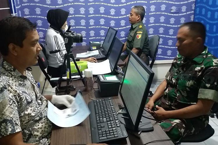 Anggota TNI yang mengikuti perpanjangan SIM gratis di gedung Satlantas Polres Gresik, Jumat (4/10/2019).
