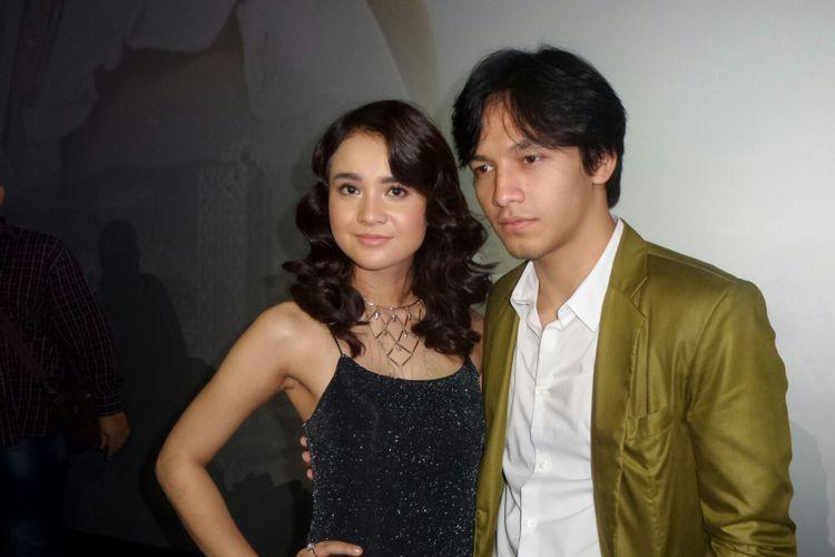 Artis peran Jefri Nichol bersama rekan seprofesinya Michelle Ziudith saat berpose di gala premiere film One Fine Day di CGV Blitz Megaplex Grand Indonesia, Tanah Abang, Jakarta Pusat, Senin (9/10/2017).