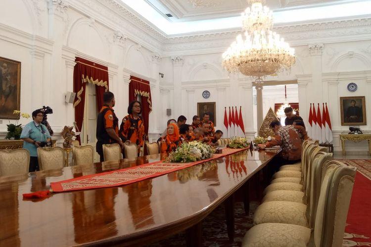 Presiden Joko Widodo menerima pengurus Pemuda Pancasila di Istana Merdeka, Jakarta, Senin (5/10/2018).