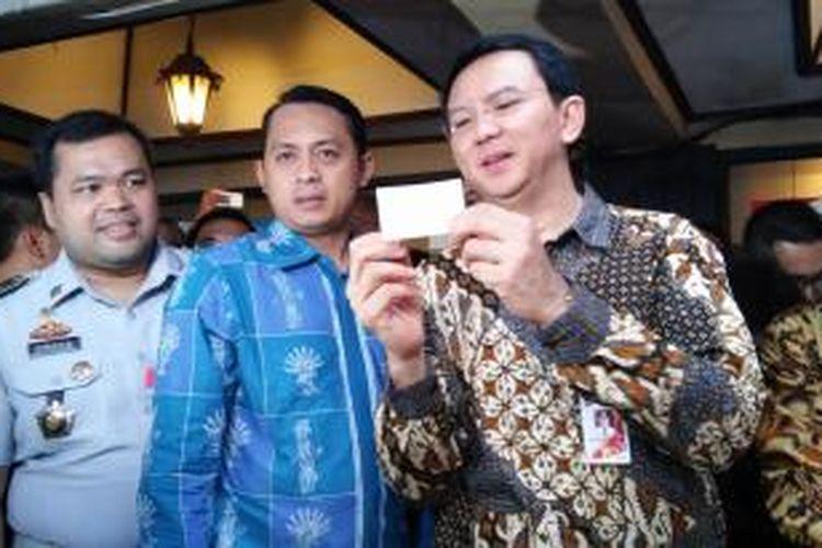 Gubernur DKI Jakarta Basuki Tjahaja Purnama menegaskan para juru parkir untuk tegas menjalankan instruksi pembayaran meteran parkir dengan menggunakan tap e-money.