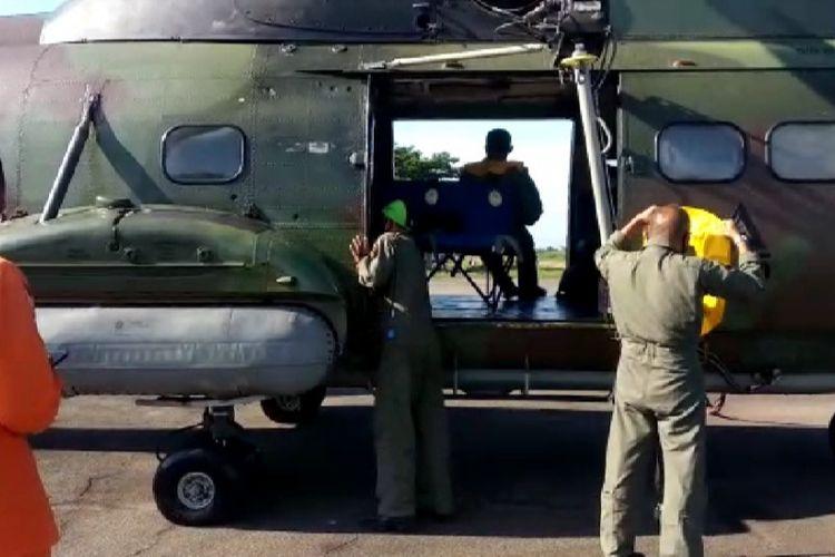 SAR dan Lanud Supadio Pontianak menurunkan Heli Super Puma untuk melakukan penyisiran udara di area pencarian tenggelamnya delapan kapal motor nelayan yang belum dapat di sekitar perairan muara Jungkat, Kabupaten Mempawah.