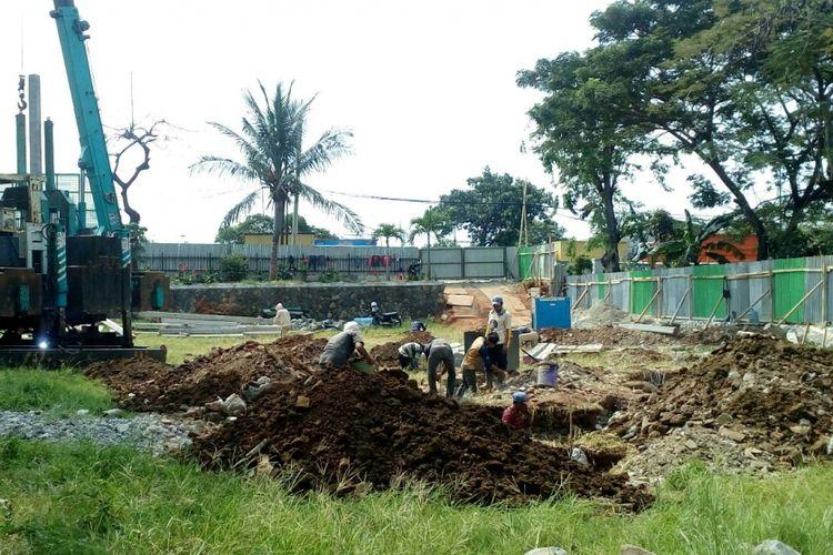 Proyek prmbangunan Masjid Jami Al Mubarokah, Jakarta Barat, Senin (10/7/2017).