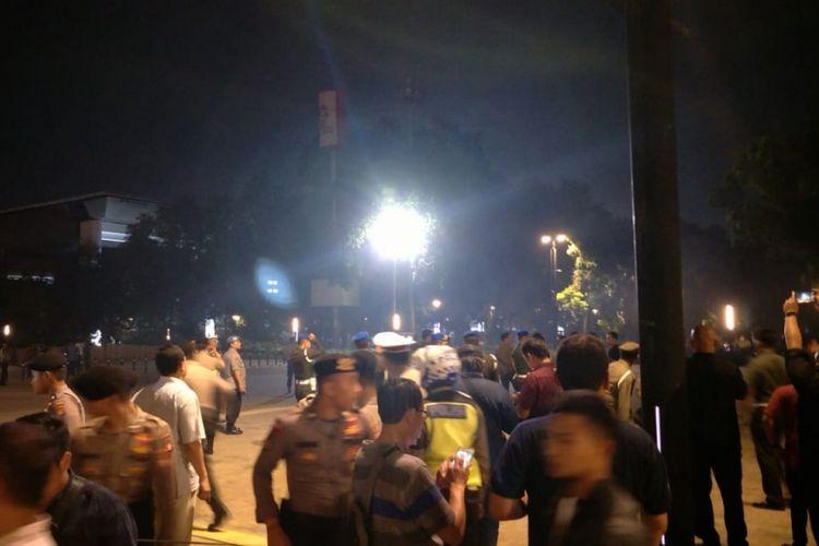 Suasana pasca suara ledakan keras terdengar di area nobar kedua Capres di Parkir Timur Stadion Gelora Bung Karno, Jakarta Pusat, Minggu (17/2/2019).