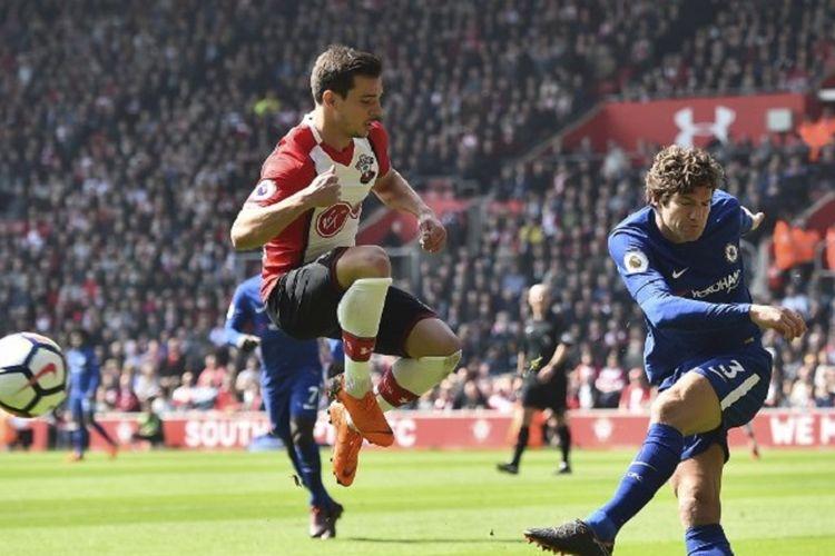 Cedric Soares mencoba menahan tendangan Marcos Alonso saat Southampton menjamu Chelsea pada pertandingan Premier League di Stadion St. Marys, Sabtu (14/4/2018). Bek kanan asal Portugal itu resmi bergabung dengan Arsenal.