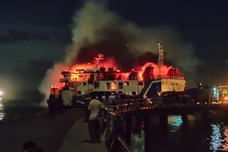 KMP Lelemuku yang sednag bersandar di dermaga Saumlaki, Kepulauan Tanimbar, Maluku hangus terbakar, Senin malam (25/5/2021)