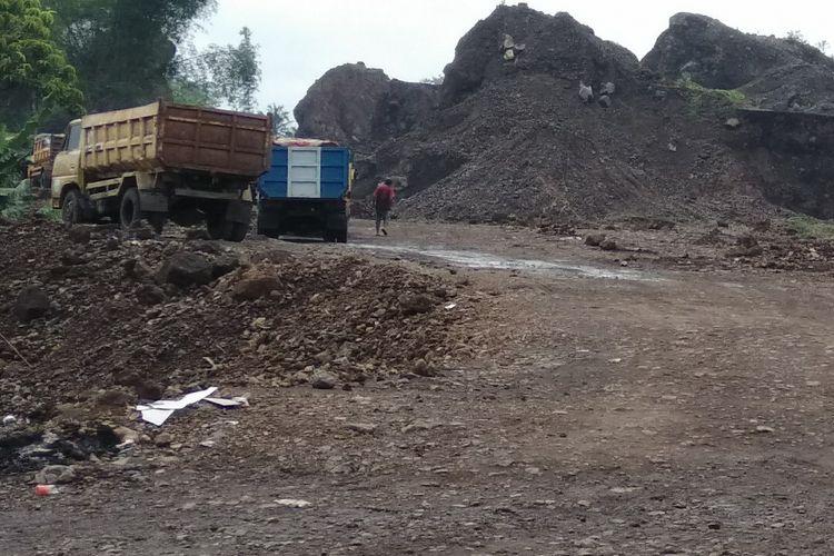 Salah satu lokasi galian pasir di kawasan bukit Jalan Mangkubumi-Indihiang (Mangin) Kota Tasikmalaya yang hampir rata, Senin (3/12/2018)