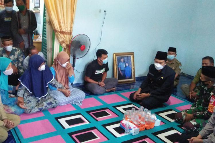 Keluarga (Klk-Nav) Edi Siswanto saat menerima kunjungan Bupati Lamongan Yuhronur Efendi bersama Dandim 0812 Letkol Inf Sidik Wiyono dan Kapolres Lamongan AKBP Miko Indrayana, Senin (26/4/2021).