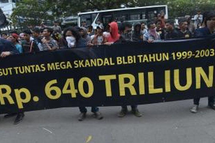 Massa dari Gerakan Hidupkan Masyarakat Sejahtera berunjuk rasa di depan Gedung KPK, Jakarta, Senin (12/5/2014). Mereka antara lain mendesak KPK untuk mengusut kasus dugaan penyimpangan Bantuan Likuiditas Bank Indonesia (BLBI).