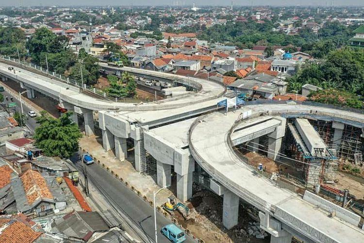 Foto udara tampilan jalan layang Lenteng Agung dan Tanjung Barat berbentuk tapal kuda yang bertujuan mengurai kemacetan di perlintasan kereta api di kedua wilayah tersebut, Senin (3/8/2020)