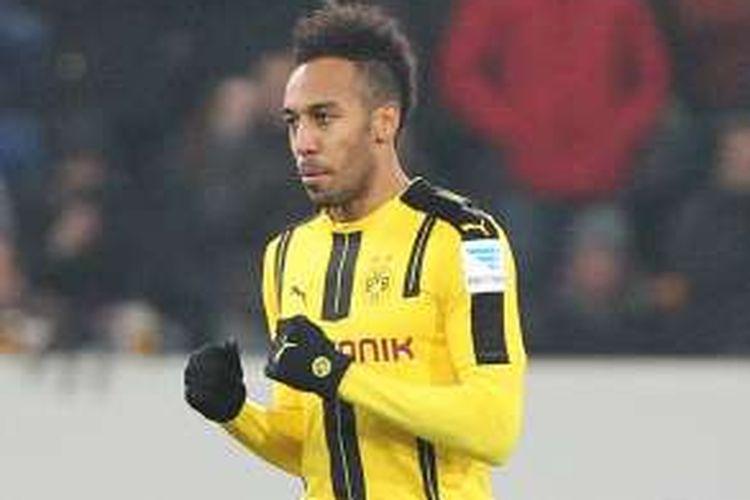 Penyerang Borussia Dortmund, Pierre-Emerick Aubameyang, tampil dalam partai Bundesliga kontra Hoffenheim, di Rhein-Neckar Arena, Jumat (16/12/2016) waktu setempat.