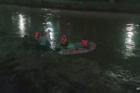 Debit Air Tinggi, Petugas Damkar Kesulitan Cari Bocah Hanyut di Sungai Kampung Pulo