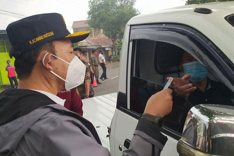 Bupati Banyumas Achmad Husein meminta keterangan kepada pengemudi kendaraan yang akan masuk wilayah Banyumas di jalan raya Desa Jompo, Kecamatan Sokaraja, Kabupaten Banyumas, Jawa Tengah, Kamis (21/1/2021) sore.