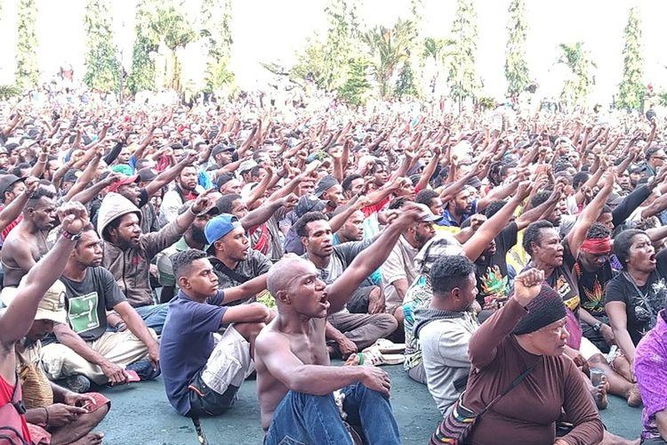 Ribuan masyarakat dan mahasiswa yang menggelar aksi demo damai di Kantor Gubernur Papua, Kota Jayapura, Senin (19/08/2019)