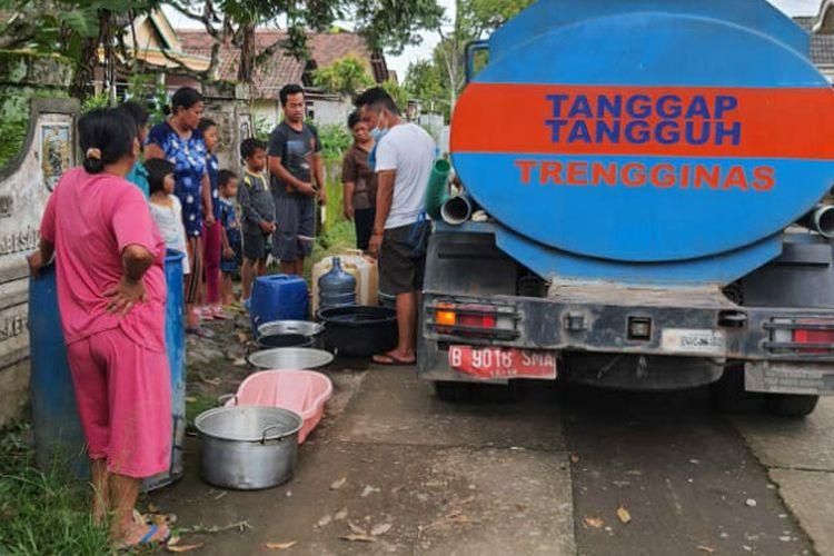 Pendistribusian air bersih di Desa Besowo, Kabupaten Kediri, Jawa Timur.