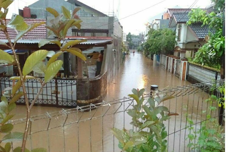 Genangan banjir di Bekasi Timur Regency Mustikasari, Bojongrawalumbu, Kota Bekasi, Senin (26/10/2020).