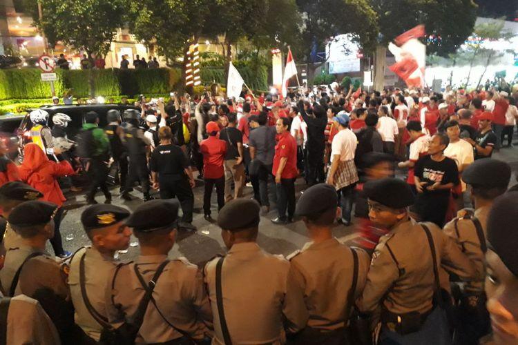 Massa pendukung paslon menutup Jalan Basuki Rahmat, Surabaya.