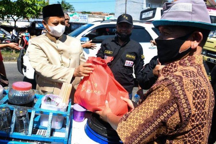 Wakil Gubernur Jawa Barat Uu Ruzhanul Ulum menyalurkan bansos PPKM Darurat.