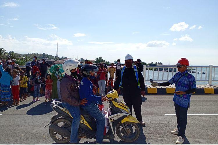 Warga Kota Kendari menyambut antusias diresmikannya Jembatan Teluk Kendari oleh Presiden Joko Widodo, Kamis (22/10/2020).