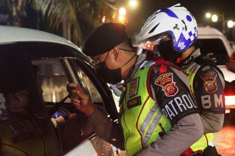 Petugas Satlantas Polres Cianjur, Jawa Barat, memeriksa kendaraan di check point Cepu 8, Sabtu (30/5/2020) malam. Kendaraan tersebut ditenggarai mengangkut pemudik yang hendak kembali ke Jakarta.