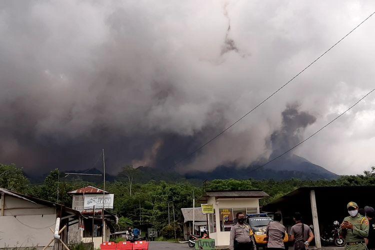 Situasi pasca terjadi awan panas guguran. Tampak petugas sedang berjaga di Ngrangkah, Umbulharjo, Cangkringan, Sleman