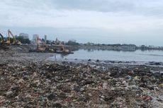 """""""Tanggal Merah"""", Pengerukan Sampah di Waduk Pluit Jalan Terus"""