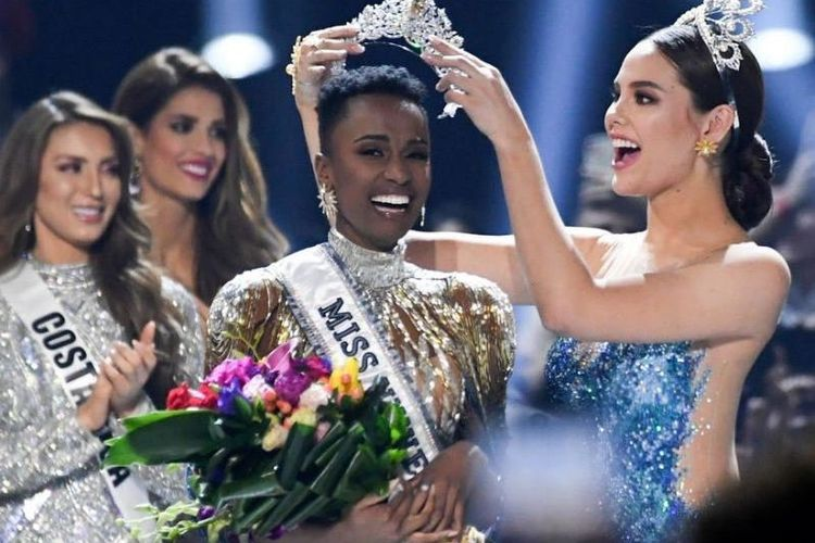 Puteri Afrika Selatan Zozibini Tunzi saat ditetapkan sebagai jawara Miss Universe 2019.