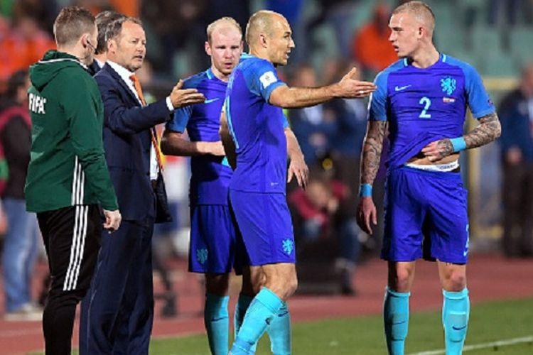 Danny Blind, Arjen Robben, dan Joel Veltman tampak berdiskusi pada sela-sela pertandingan kualifikasi Piala Dunia 2018 antara Bulgaria dan Belanda di Sofia, Sabtu (25/3/2017).