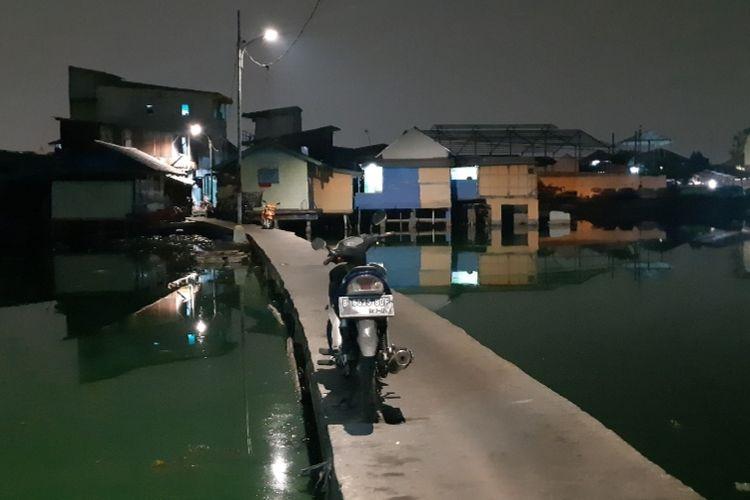 Salah satu akses menuju Kampung Apung melalui jembatan beton.  Dari jalan Kapuk Raya, masuk kira-kira 300-400 meter menuju jembatan beton.  Kondisi jembatan juga memprihatinkan, dimana tidak ada pembatas di sisi kiri dan kanan jembatan, namun sudah diterangi oleh lampu. Lebarnya pun sekitar 1,5 meter pas untuk 2 motor berpapasan.  Jembatan menjadi pemisah dua sudut Kampung Apung, bila berjalan dari Jalan Kapuk Raya sisi kanan jembatan dulunya kuburan. Sementara sisi kiri permukiman warga