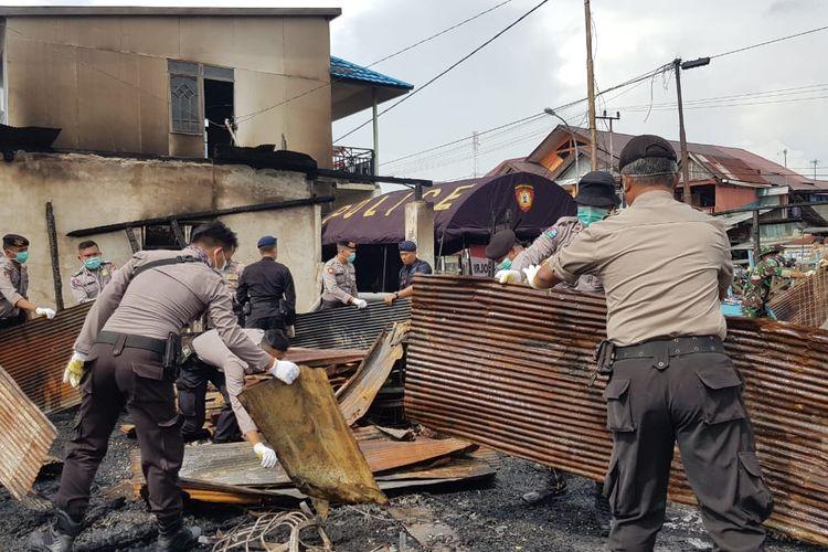 Petugas Polda Kaltim sedang membersihkan puing-puing pasca-kerusuhan di Pelabuhan Feri Kelurahan Penajam Kabupaten Penajam Paser Utara (PPU), Kamis (17/10/2019).