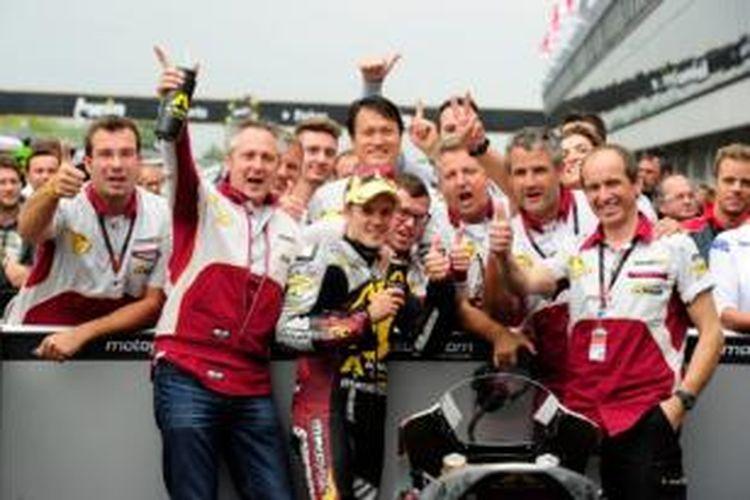 Pebalap Finlandia, Mika Kalio, berpose bersama timnya, Marc VDS, setelah memenangi GP Ceko yang berlangsung di Sirkuit Brno, Minggu 25 Agustus 2013.