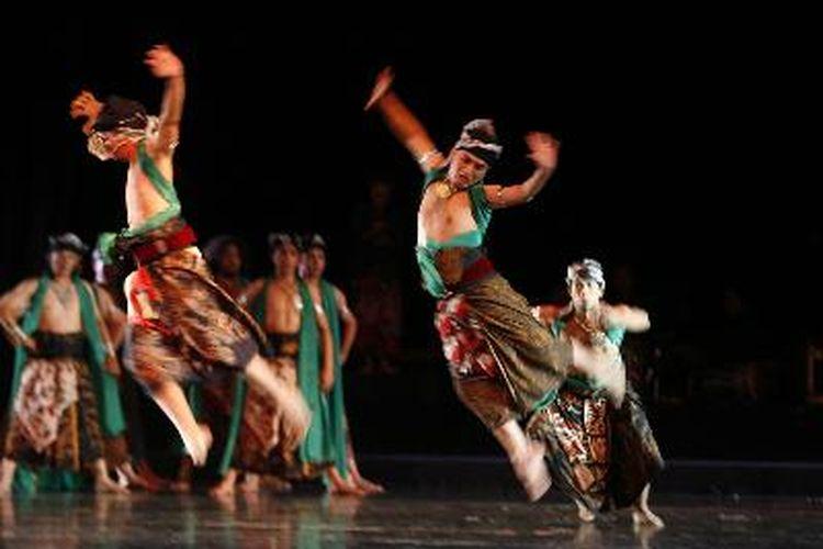 Salah satu contoh jenis tari dengan level tinggi. Pementasan teater tari Paregreg di Gedung Kesenian Jakarta, Kamis (18/2). Paregreg mengambil latar cerita peperangan keluarga di kerajaan Majapahit hasil garapan koreografer Elly D Luthan.