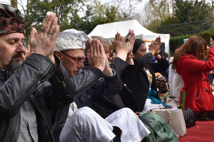 Masyarakat Hindu Bali di Eropa merayakan Galungan dan Kuningan di Wisma Duta Besar, Wassenaar Belanda, Sabtu (15/4/2017).
