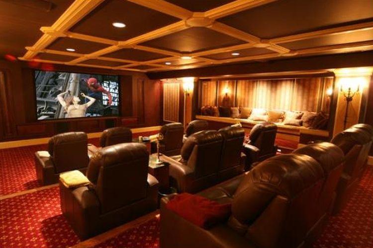 Untuk membuat bioskop rumahan, tentu diperlukan ruangan khusus. Sistem akustik home theatre berbeda dengan studio musik dan ruang karaoke.