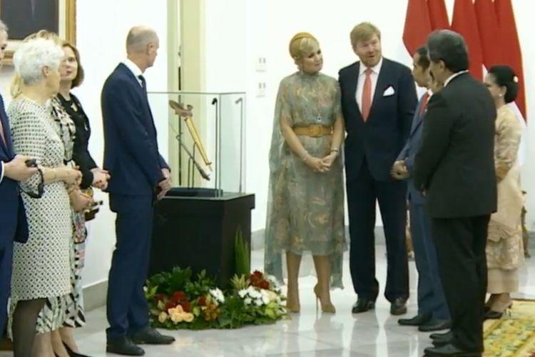 Raja Belanda Willem Alexander menyerahkan secara  sebilah keris milik Pahlawan Nasional Pangeran Diponegoro kepada Presiden Joko Widodo.   Keris itu diserahkan secara simbolis saat pertemuan Raja Willem dan Jokowi di Istana Kepresidenan Bogor, Jawa Barat,  Selasa (10/3/2020).