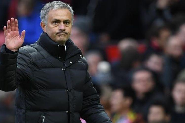 Manajer Manchester United, Jose Mourinho, melambaikan tangan ke penonton seusai laga Premier League kontra Arsenal di Old Trafford, pada 19 November 2016.