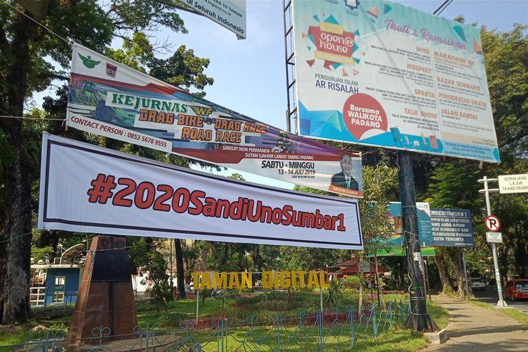 Spanduk Sandiaga Uno Sumbar 1 terpajang di persimpangan jalan utama Raden Saleh Padang