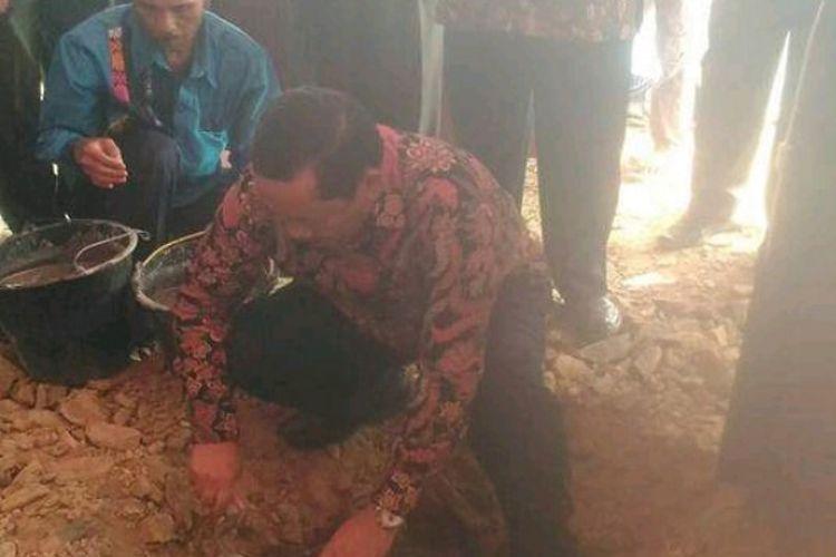 Bupati Samosir Rapidin Simbolon meletakkan batu pertama pembangunan Patung Yesus di Bukit Sibea-bea Kecamatan Harian, Kabupaten Samosir, Sumatera Utara, Minggu (17/6/2018).