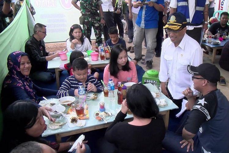 Menteri Perhubungan Budi Karya Sumadi saat berbincang dengan pemudik di Rest Area Candi Areng, Batang, Jawa Tengah, Rabu (21/6/2017).