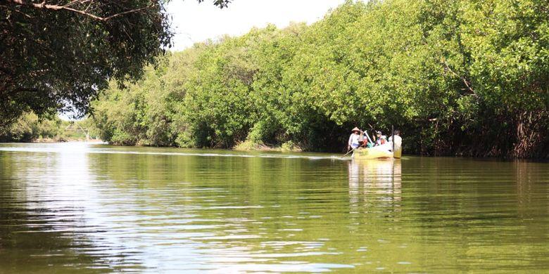 Pemandangan ojek perahu yang mengantarkan wisatawan menyusuri hutan mangrove sebelum ke pantai Glagah Wangi Istambul, Demak, Jawa Tengah.