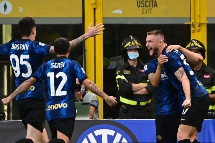 Bek Inter Milan asal Slovakia, Milan Skriniar, melakukan selebrasi bersama rekan setim usai mencetak gol ke gawang Genoa pada laga Liga Italia 2021-2022 di Stadion Giuseppe Meazza, 21 Agustus 2021.
