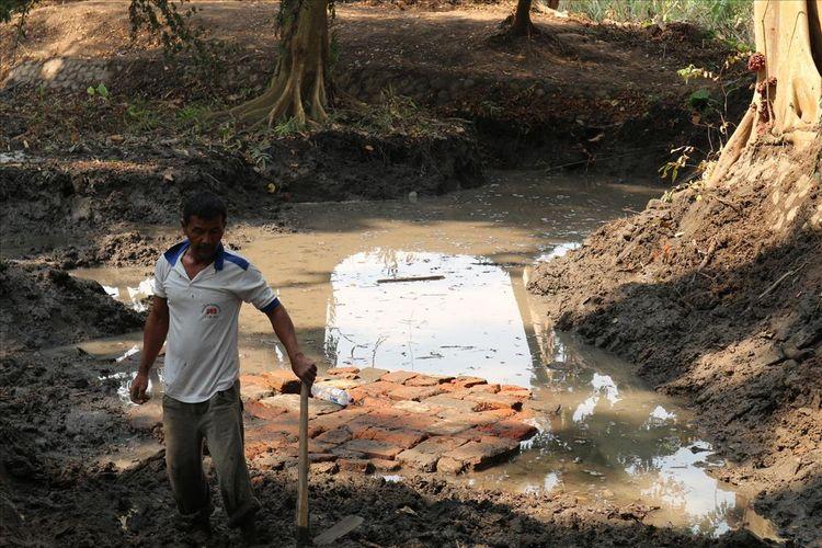 Struktur bangunan dari bata kuno ditemukan di Dusun Sumberbeji, Desa Kesamben, Kecamatan Ngoro, Kabupaten Jombang, Jawa Timur, Senin (15/7/2019). Lokasi penemuan hanya berjarak beberapa meter dari lokasi penemuan situs berupa saluran air, 2 minggu lalu.