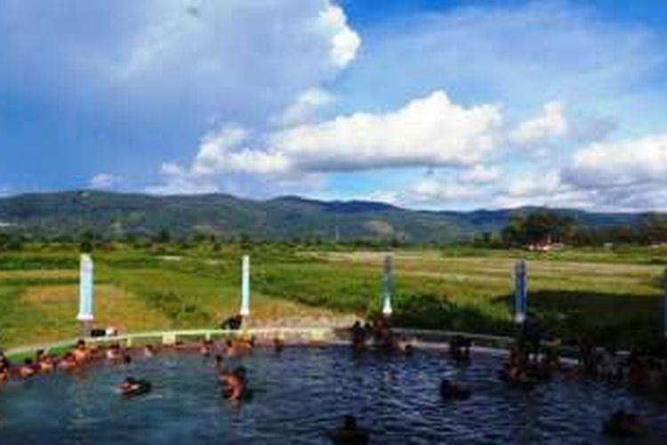 Sejumlah wisatawan menikmati Pemandian Air Soda yang terletak Desa Parbubu I, Kecamatan Tarutung, Kabupaten Tapanuli Utara, Sumatera Utara, Sabtu (17/9/2016).
