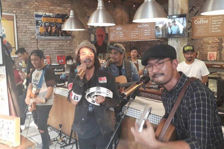 Rio Dewanto dan Chicco Jerikho membawakan lagu remake milik Sheila on 7 berjudul Sahabat Sejati yang diaransemen oleh Glenn Fredly di Kedai Filosofi Kopi, Melawai, Jakarta Selatan, Selasa (23/5/2017).