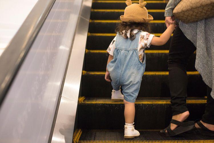 Ilustrasi anak di eskalator
