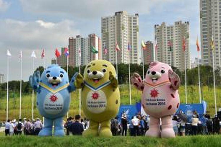 Tiga maskot Asian Games 2014 di Incheon, Korea Selatan: (dari kiri ke kanan) Barame, Vichuon, dan Chumuro.