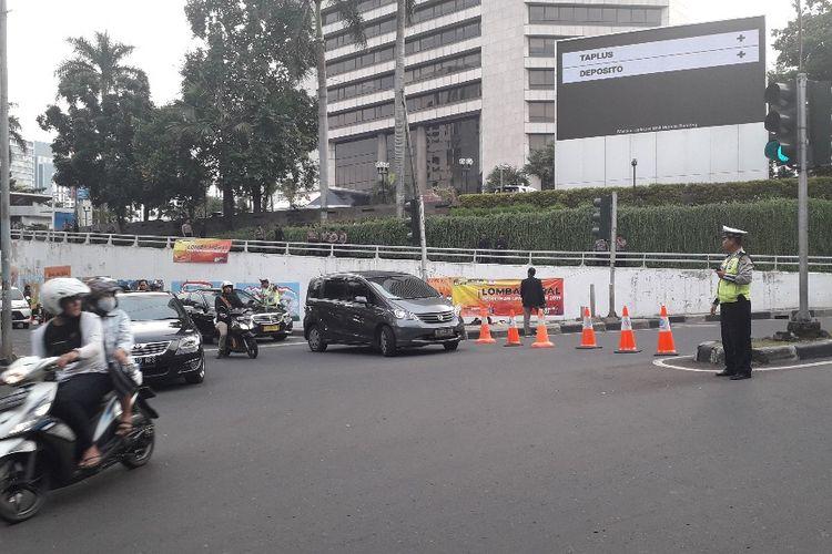 Lalu lintas di depan Hotel Shangri-La, Jakarta Pusat, mulai dialihkan jelang pelaksnaan debat keempat Pilpres 2019, Sabtu (30/3/2019) sore.