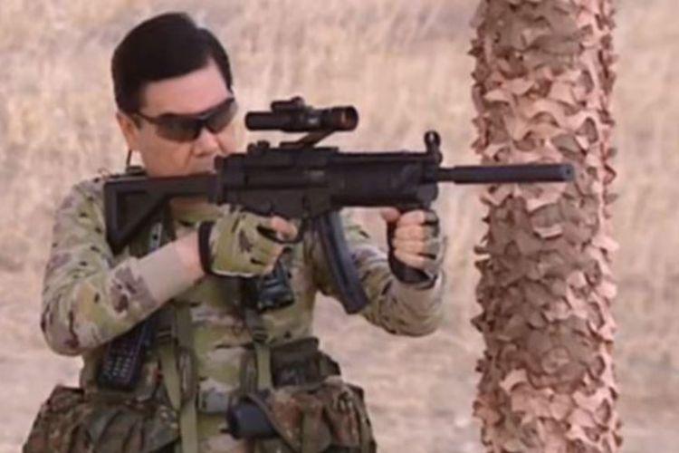 Presiden Turkmenistan Gurbanguly Berdymukhammedov menunjukkan kebolehannya menggunakan senjata pada 2017.